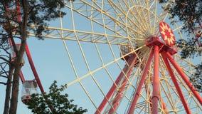Gigantyczny ferris koło przeciw niebieskiemu niebu i biel chmura który znaczą parka rozrywki zbiory wideo