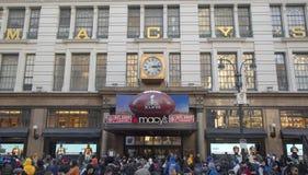 Gigantyczny futbol przy Macy s zwiastuna kwadratem na Broadway podczas super bowl XLVIII tygodnia w Manhattan Fotografia Stock