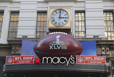 Gigantyczny futbol przy Macy s zwiastuna kwadratem na Broadway podczas super bowl XLVIII tygodnia w Manhattan Zdjęcie Royalty Free