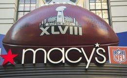 Gigantyczny futbol przy Macy s zwiastuna kwadratem na Broadway podczas super bowl XLVIII tygodnia w Manhattan Zdjęcie Stock