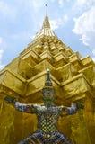 Gigantyczny opiekun przy Szmaragdową Buddha świątynią Zdjęcie Stock