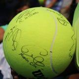 Gigantyczny us open Wilson tenisowa piłka z gracz w tenisa autografami przy Billie Cajgowego królewiątka tenisa Krajowym centrum zdjęcie stock