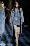 Gigi Hadid步行在巴尔曼展示期间的跑道 免版税图库摄影