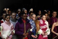 Gigi Hadid, Bella Hadid, en alle modellen lopen het finale dragend de Daling 2018 van Prabal Gurung stock foto's