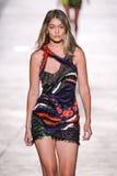 Gigi Hadid modelo camina la pista durante el desfile de moda de Versace Imagen de archivo