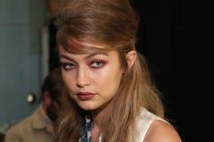 Gigi Hadid som i kulisserna poserar för den Anna Sui Spring modeshowen 2017 Fotografering för Bildbyråer
