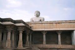Gigiantic монолитовая статуя Bahubali, также известная как Gomateshwara, холм Vindhyagiri, Shravanbelgola, Karnataka Взгляд от стоковые фото