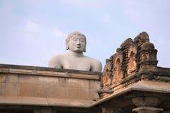 Gigiantic монолитовая статуя Bahubali, также известная как Gomateshwara, холм Vindhyagiri, Shravanbelgola, Karnataka Взгляд от стоковая фотография