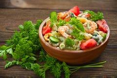 Gigli delizioso t con i gamberetti e basilico sul piatto Fotografia Stock Libera da Diritti