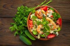 Gigli delizioso t con i gamberetti e basilico sul piatto Fotografie Stock Libere da Diritti