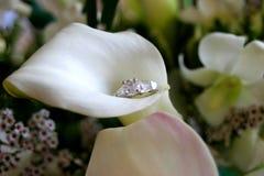 Giglio e anello di fidanzamento di Calla Fotografie Stock Libere da Diritti