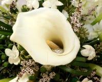 Giglio e anello di fidanzamento di Calla Fotografie Stock