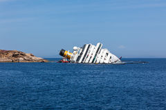 GIGLIO, ITALIEN - 28. APRIL 2012: Costa Concordia Cruise Ship an I Lizenzfreie Stockfotos