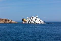GIGLIO WŁOCHY, KWIECIEŃ, - 28, 2012: Costa Concordia statek wycieczkowy przy I Zdjęcia Royalty Free