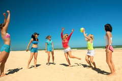 Giirls jouant au volleyball Photo stock