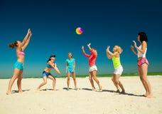 Giirls que juega a voleibol Foto de archivo libre de regalías
