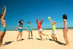 giirls som leker volleyboll Arkivfoto