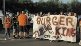 29/07/2018 Gijon, Asturias, Spanien protesthandlingar av anställda mot den Burger King restaurangen förtjänar, polisregleringen,  lager videofilmer
