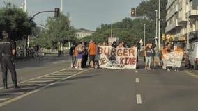 29/07/2018 Gijon, Asturias, Spanien protesthandlingar av anställda mot den Burger King restaurangen förtjänar, polisregleringen,  stock video