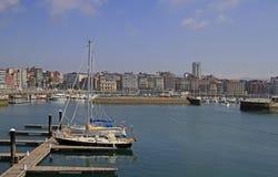Gijon-Jachthafen mit vielen Yachten in Spanien Stockfotos