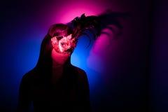 Gil die Venetiaans masker, kleurrijke schijnwerpers draagt Royalty-vrije Stock Foto