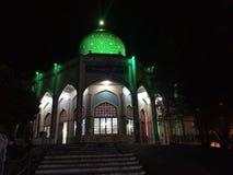 Gilan, der Iran - Sommer, 2018: Der Schrein des Imams Zadeh Hashem außerhalb der Stadt von Gilan, grüne helle Haube in der Dunk stockbilder
