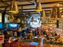 Gilde wystrój ruchliwie kawiarnia w Musee d ` Orsay, Paryż, Francja zdjęcia royalty free