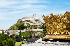 The gilded crown and castle walls Stock Photography