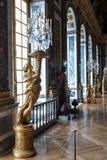 Gilded a sculpté les guéridons, Hall des miroirs, Versailles Photos stock