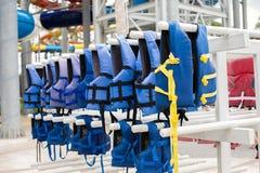 Gilet de sauvetage bleu sur la corde à linge Photos libres de droits