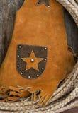 Gilet occidental de cuir de corde de thème sur la vieille étagère en bois photographie stock libre de droits