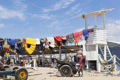 Gilets de sauvetage colorés secs à la tour de maître nageur sur la plage de Rodnichok dans la station touristique d'Evpatoria, Cr images libres de droits