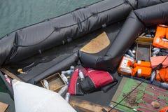 Gilets de sauvetage jetés et bateau turc submergé dans le port Photo libre de droits