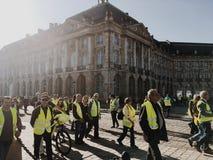 Gilets jaunes de démonstration contre des impôts d'augmentation sur l'essence et le gouvernement présenté diesel de la France images libres de droits