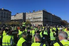 Gilets jaunes de démonstration contre des impôts d'augmentation sur l'essence et le gouvernement présenté diesel de la France photos stock