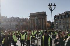 Gilets jaunes de démonstration contre des impôts d'augmentation sur l'essence et le gouvernement présenté diesel de la France images stock