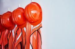 Gilets oranges de sécurité et casques de sécurité oranges Photo stock