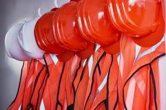 Gilets oranges de sécurité et casques de sécurité oranges Photographie stock