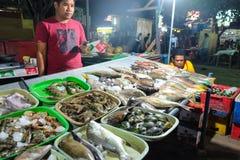Gili Trawangan, Indonesië - September 11, 2017: De box van het straatvoedsel bij Trawangan-Nachtmarkt, Indonesië royalty-vrije stock fotografie