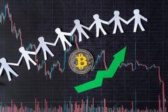 Gillande av faktisk pengarbitcoin Den gröna pilen och silver Bitcoin på pappers- värdering för forexdiagramindex går upp utbytesm royaltyfria bilder