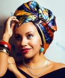 Gillar den ljusa afrikanska kvinnan för skönhet med idérikt smink, sjal på huvudet cubian le för closeup royaltyfri bild