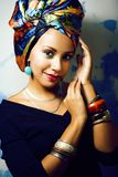 Gillar den ljusa afrikanska kvinnan för skönhet med idérikt smink, sjal på huvudet cubian le för closeup arkivbilder