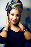 Gillar den ljusa afrikanska kvinnan för skönhet med idérikt smink, sjal på huvudet cubian le för closeup royaltyfria bilder