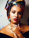 Gillar den ljusa afrikanska kvinnan för skönhet med idérikt smink, sjal på huvudet cubian le för closeup royaltyfri fotografi
