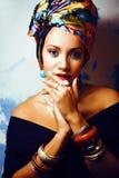 Gillar den ljusa afrikanska kvinnan för skönhet med idérikt smink, sjal på huvudet cubian le för closeup arkivfoton