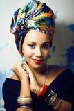 Gillar den ljusa afrikanska kvinnan f?r sk?nhet med id?rikt smink, sjal p? huvudet cubian le f?r closeup royaltyfria bilder