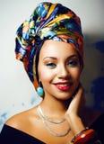 Gillar den ljusa afrikanska kvinnan f?r sk?nhet med id?rikt smink, sjal p? huvudet cubian le f?r closeup arkivbild