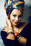 Gillar den ljusa afrikanska kvinnan f?r sk?nhet med id?rikt smink, sjal p? huvudet cubian le f?r closeup royaltyfri fotografi