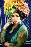 Gillar den ljusa kvinnan f?r sk?nhet med id?rikt smink, m?nga sjalar p? huvudet cubian, ethnoblickcloseupen royaltyfri bild