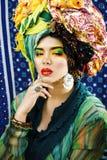 Gillar den ljusa kvinnan f?r sk?nhet med id?rikt smink, m?nga sjalar p? huvudet cubian, ethnoblickcloseupen royaltyfria foton